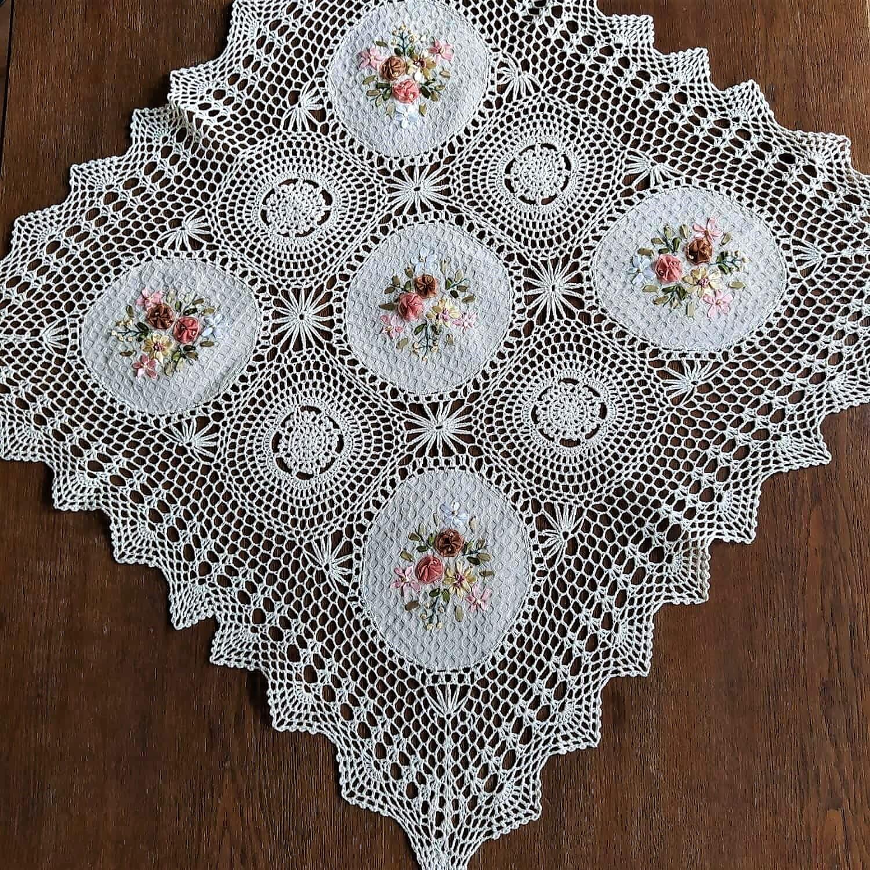Serweta szydełkowa 85x85 w kolorze beżowym z wyhaftowanym kwiatowym wzorem