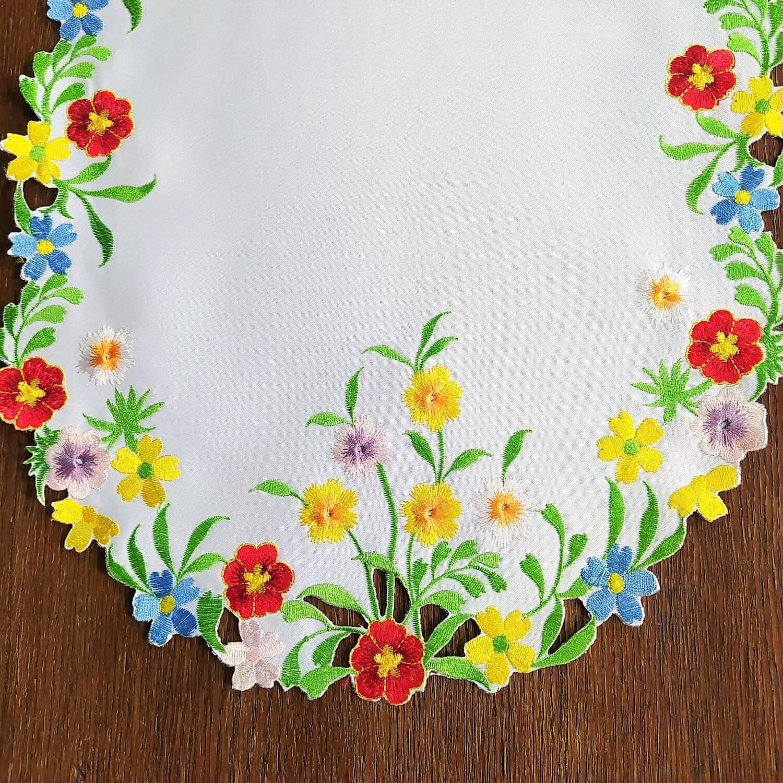 Bieżnik 35x70 w kolorze białym z wyhaftowanymi kolorowymi kwiatkami